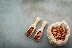 cacaobonen in een zak foto