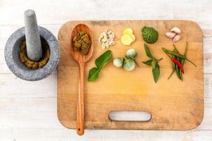 kruiden en specerijen op een snijplank foto