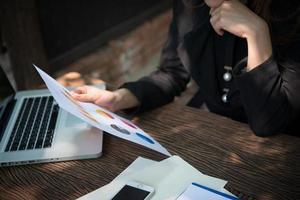 zakenvrouw werken met documenten en grafieken foto