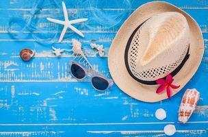 zomerartikelen op een blauwe tafel foto