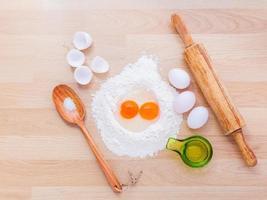 verse pasta-ingrediënten op een snijplank
