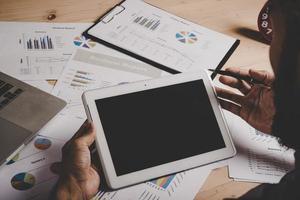 zakenman die met een leeg scherm digitale tablet werkt foto