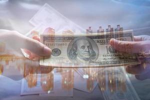 Amerikaanse dollar op grafische stadsachtergrond