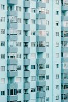 een close-up van een repetitief gebouw op blauwe tinten foto