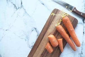 verse wortelen op snijplank foto