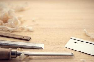 timmerwerk of houtbewerking achtergrond met kopie ruimte. timmerwerkhulpmiddelen en houtkrullen op een tafel foto