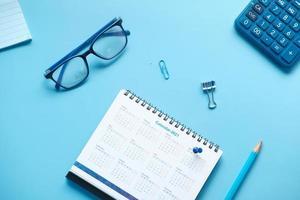 kalender op blauwe achtergrond foto
