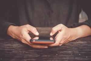 persoon die een smartphone gebruikt foto