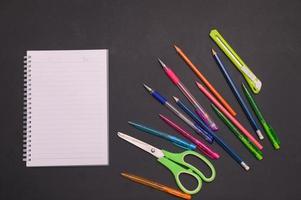 terug naar schoolnotitieboekje en briefpapierachtergrond