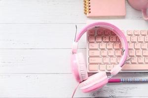 roze hoofdtelefoons en toetsenbord