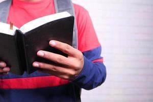 man die een zwart boek leest foto