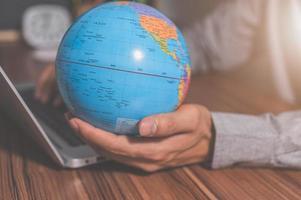 gebruik een computer om te werken om geld te verdienen om over de hele wereld te communiceren foto