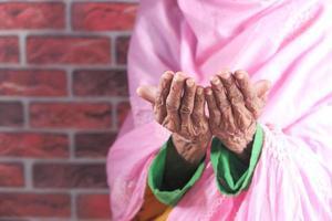 oude vrouw handen bidden foto