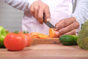 chef-kok wortelen snijden foto