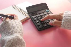 persoon met behulp van rekenmachine