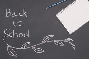 terug naar school en onderwijsconceptenboek op bord