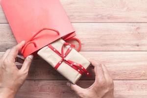 persoon die een geschenk in een zak stopt