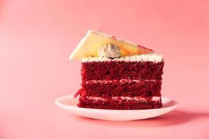 rood fluweelcake op plaat foto