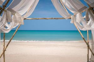 tropisch strand met blauwe hemelachtergrond