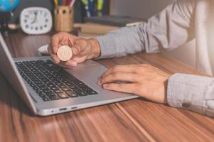 een computer gebruiken om online geld te verdienen foto