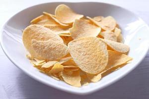 chips in een witte kom