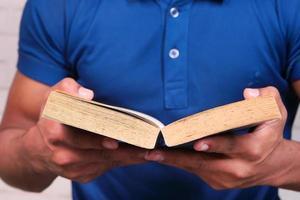 jonge man die een boek leest foto