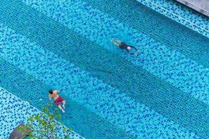 luchtfoto bovenaanzicht van zwemmers in het zwembad
