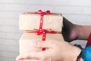 met een stapel geschenkdozen