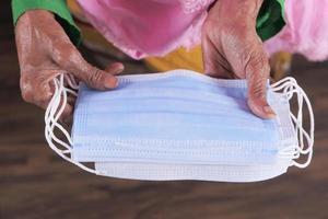 oude vrouw handen met gezichtsmaskers