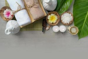 bovenaanzicht, samenstelling van spa-behandeling op houten tafel foto