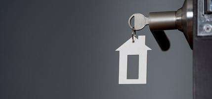 open deur thuis met sleutel in sleutelgat, nieuw huisvestingsconcept foto