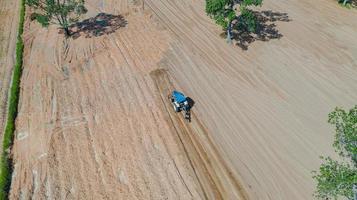 bovenaanzicht van landbouwtrekkers die op veld werken foto