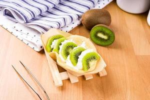 kiwi dessert op een tafel foto