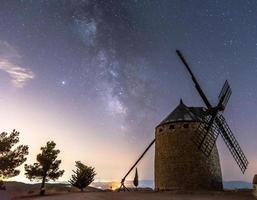 windmolen met de melkweg foto
