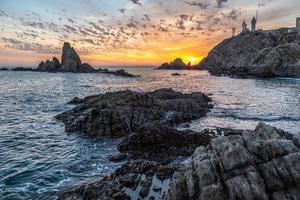 zonsondergang op een prachtige kust