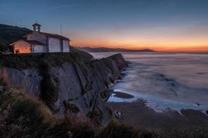 kerk op klif bij zonsondergang foto