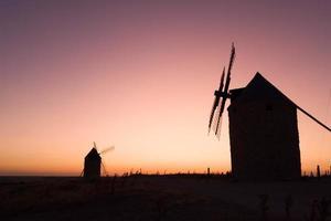 oude windmolens bij zonsondergang