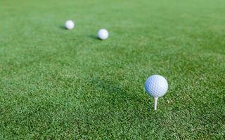 golfballen op groen gras foto