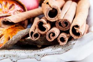 close-up van kaneelstokjes foto
