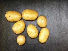 aardappelen op een donkere tafel achtergrond foto