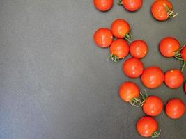 tomaten op een donkere tafel achtergrond foto