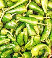 stapel groene paprika's foto