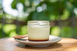 zelfgemaakte karamelcustardpudding in een glazen fles