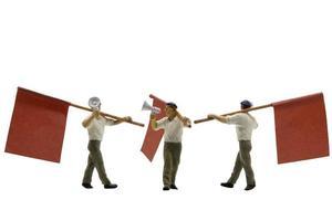 miniatuurmensen die megafoons met vlaggen houden die op een witte achtergrond worden geïsoleerd
