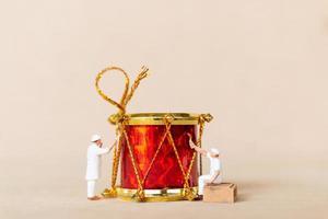 miniatuurarbeiders die een concept van Kerstmisdecoratie, Kerstmis en Gelukkig Nieuwjaar schilderen