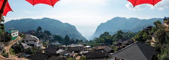 panoramisch uitzicht op phaheedorp met bergen in Chiang Rai, Thailand foto