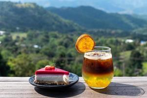 cake en cocktail met uitzicht