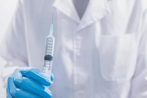 arts met een vaccin om covid-19 te bestrijden