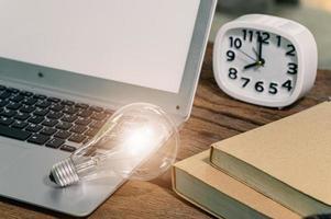 een gloeilamp versnellingssymbool naast een computer foto