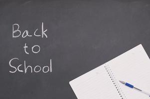 terug naar school en onderwijsconceptenboek en pen